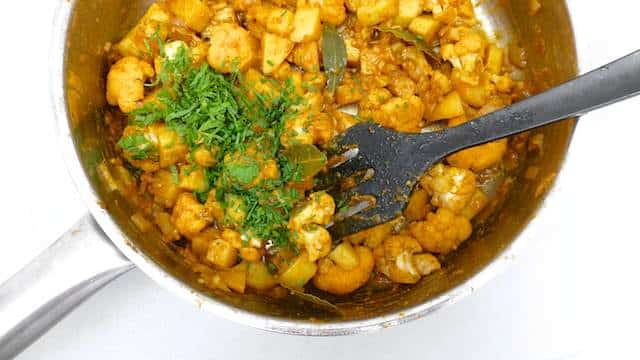 My aloo gobi recipe: this is a traditional potato & cauliflower stir fry. What a splendid Indian spiced vegetarian recipe!