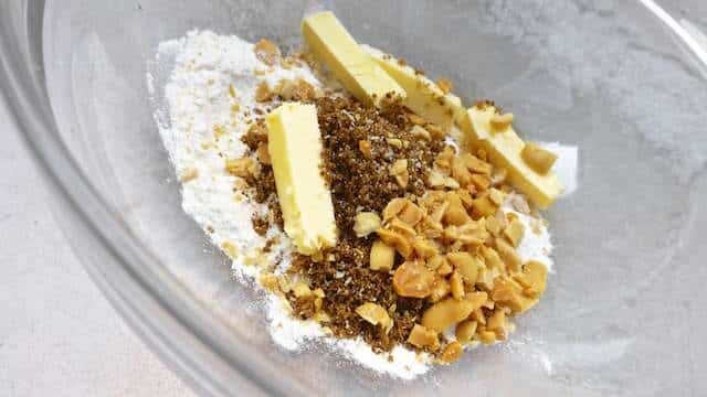 Here is a quick and easy apple crumble recipe: it's a sweet baked apple dessert with a layer of crunchy baked peanuts on top!