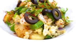 Time for a Portuguese classic recipe: bacalhau a bras or scrambled eggs with salt cod, bell pepper, fried potatoes and olives... Yum!