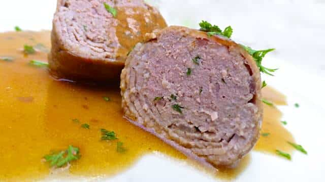 How to make classic blind finches: a Belgian beef roulade from scratch simmered in a light blond beer sauce... Traditional Belgian cuisine!