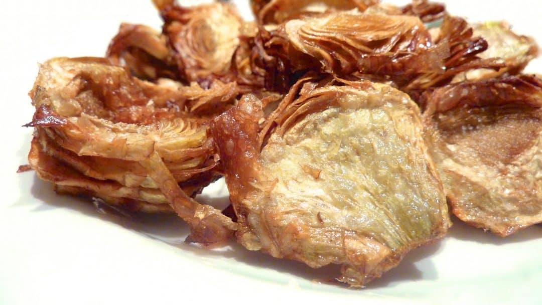 Heavenly artichoke crisps: they are crunchy and addictive! The perfect artichoke appetizer recipe for your next garden party!