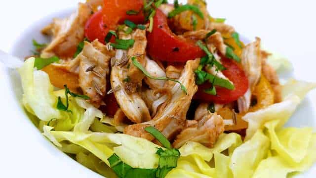 My chicken fajita salad: no tortilla wrap or rice this time to accompany this tex mex chicken strips and bell pepper but crunchy lettuce!