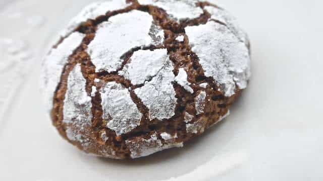 How cute are these chocolate crackle cookies? They might look ...