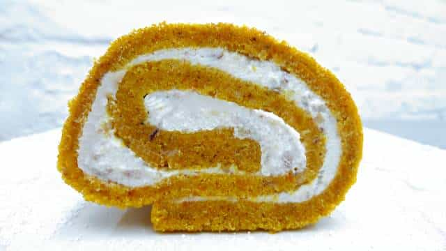 Here's a fun cake recipe to make at home: my pumpkin roll recipe! A great dessert recipe to bake with kids on a cold weekend!
