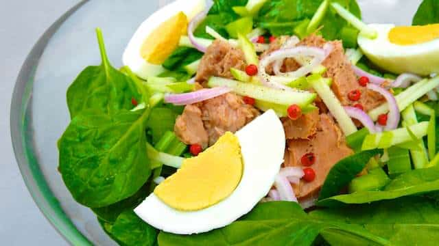 Spinach Salad Recipe: a light but filling healthy lunch salad recipe that doesn't break the budget!
