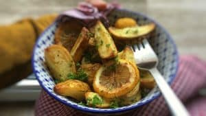 Crunchy lemon potatoes: give your oven roasted potatoes just that little extra kick by simply drizzling them with lemon juice!