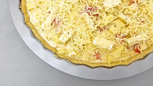 Easy Quiche Recipe: a hearty cheese quiche recipe with bacon and apples.