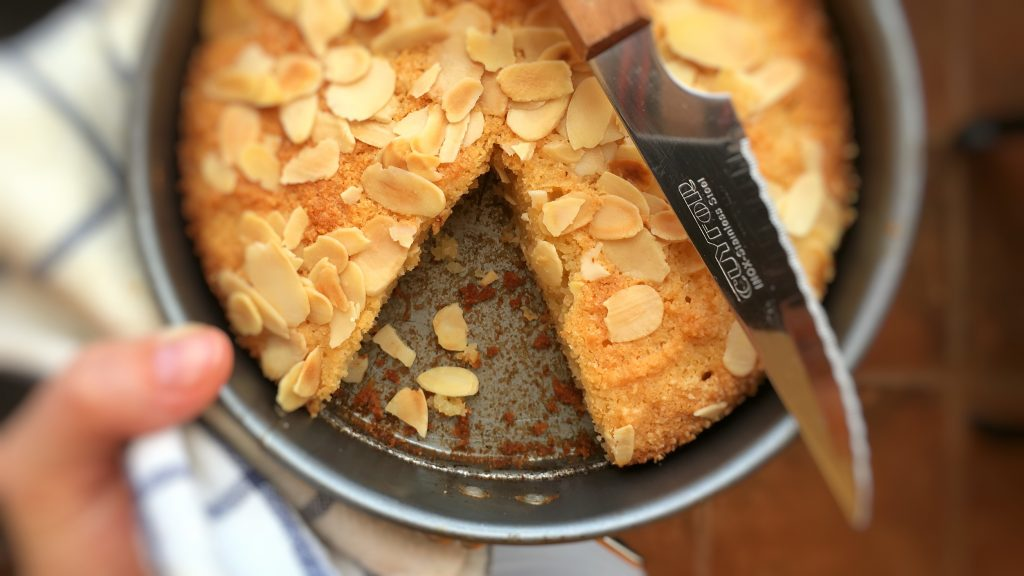 My delicious flourless almond cake: moist and flavorful cake with crunchy shaved almonds! The perfect slice for my afternoon cup of coffee...