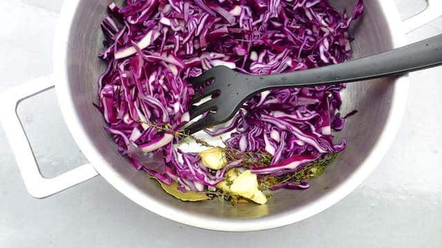 Fresh ginger, juniper berries, cloves, mustard, red wine and lemon: the perfect spiced red cabbage, packed with flavor! Hope you like it as much as we did!
