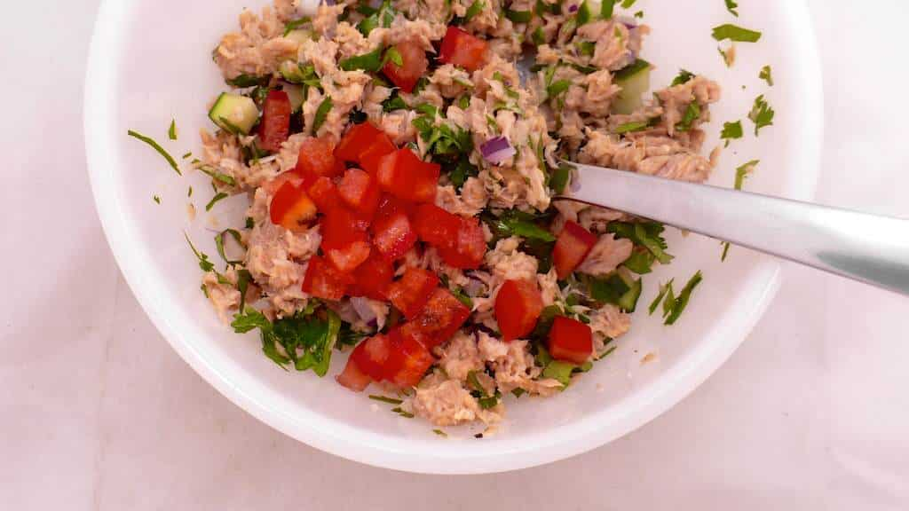 What a lovely summer lunch idea we got here: this tuna stuffed avocado with cilantro, cucumber and tomatoes! Easy to prepare...