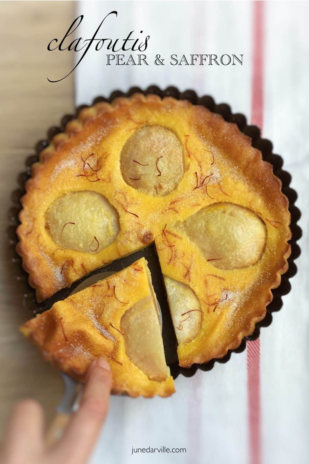 Lukewarm pear clafoutis with a hint of saffron... what a great autumn dessert! Pears and saffron, quite a surprising match!