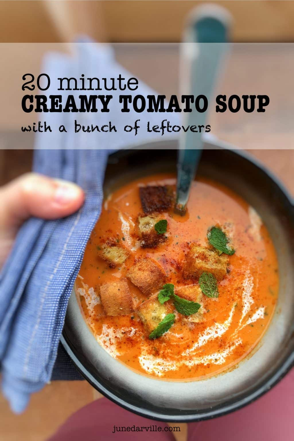Ripe tomatoes, bread, bell pepper and cream: the perfect leftovers for this quick tomato soup! This soup is ready in 20 minutes!