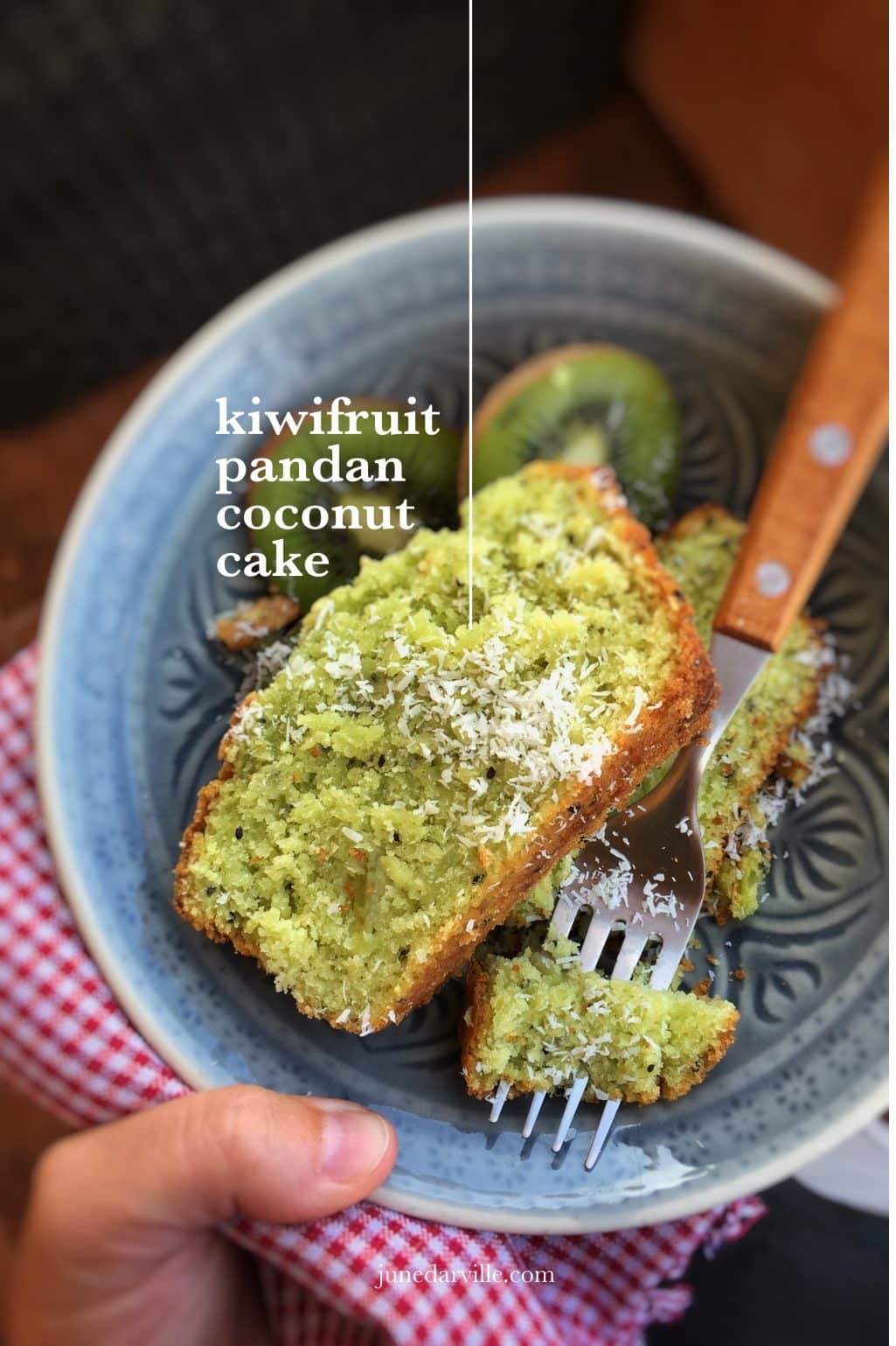 What a fluffy tea cake: this kiwifruit cake with pandan and grated coconut is so delicious! And addictive... didn't last for 24 hours!