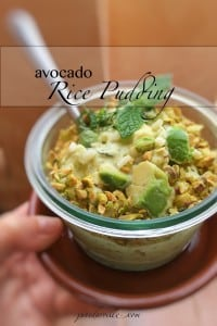 Are you looking for a surprising rice dessert? Try this creamy sweet avocado rice pudding with crushed pistachios and mint!