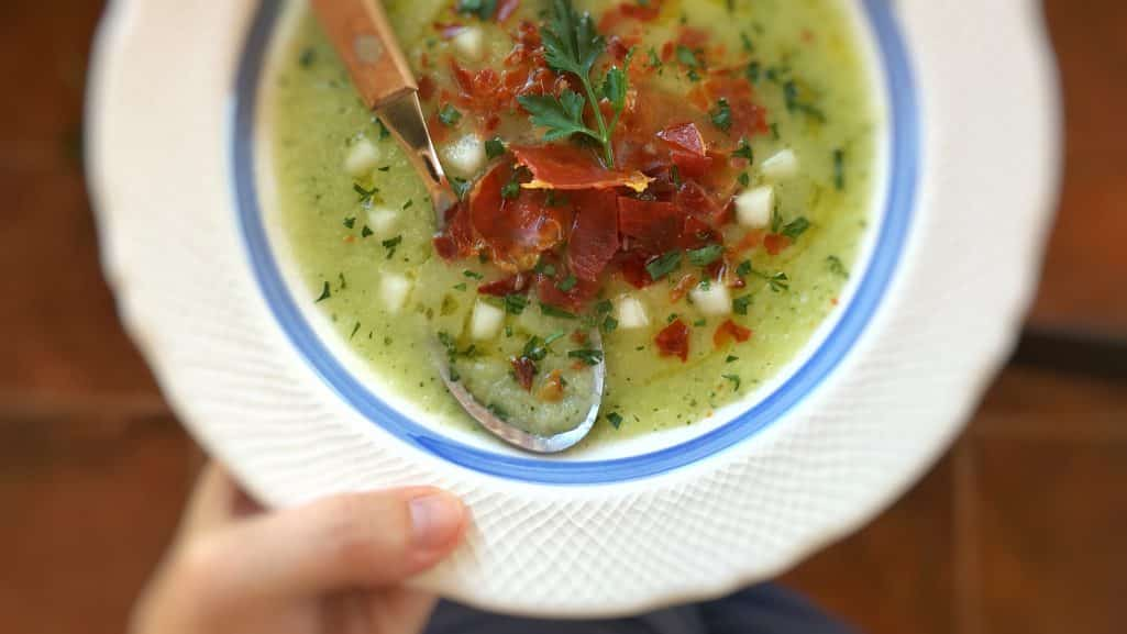Chilled melon soup with crunchy baked ham bits: a great lunch idea to try at home! Especially now that the weather is extremely hot...
