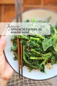 How I love this steamed Japanese spinach salad with sesame! What a great side dish: healthy and so easy to make in advance...