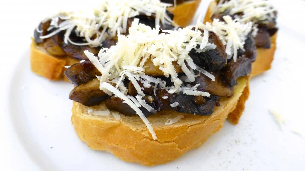 Crunchy mushroom crostini with fresh thyme and balsamic vinegar... A delicious and veggie appetizer I'm sure everyone will love!