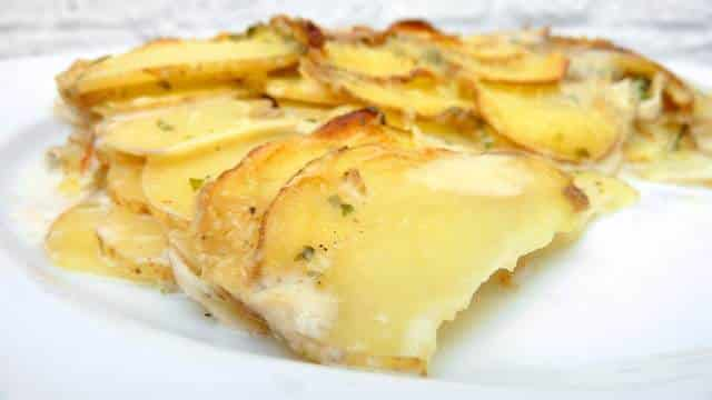A simple au gratin potato recipe: cheesy baked scalloped potatoes right out of the oven, the perfect side dish for steaks!