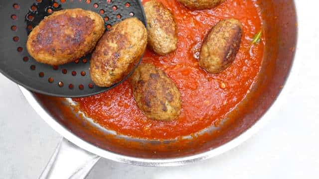 Homemade Greek meatballs: it's keftedes time! But do you know what really makes or breaks this dish then? The ground cinnamon!