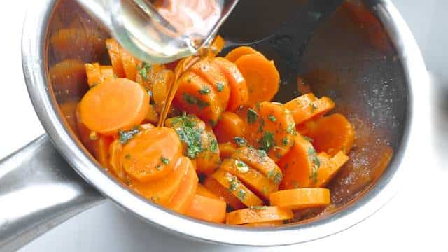 A recipe straight from Marrakech: my Moroccan carrot salad! The cumin and cilantro here give this salad that typical Moroccan touch.