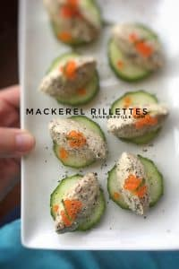 Try out these very easy mackerel rillettes with cream cheese and poppy seeds! Place little quenelles on cucumber, great finger food!