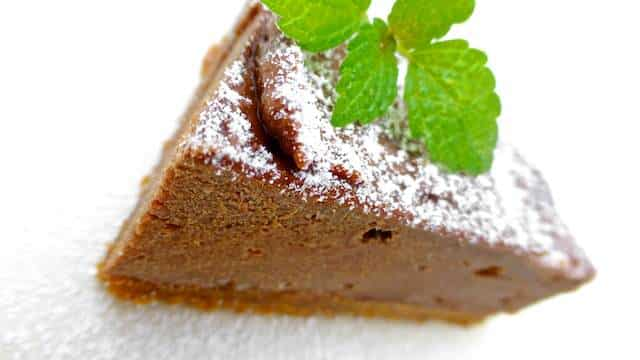 This easy chocolate cake recipe with mascarpone is a delicious dessert... chocolate heaven, I guarantee you! Try it out...