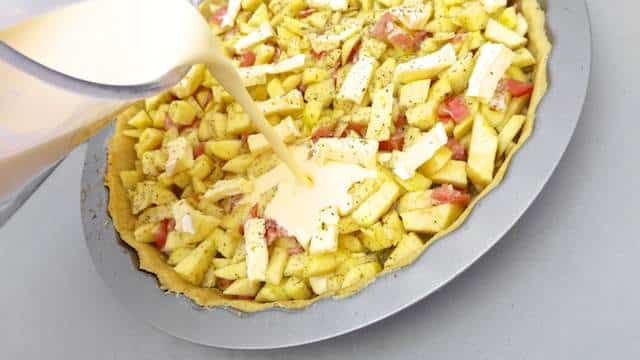 Do you like quiche? Try out this surprisingly easy quiche recipe: a hearty cheese quiche recipe with salted bacon and fresh apples!