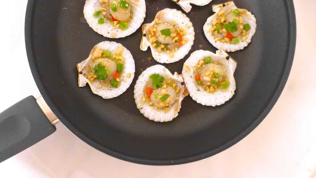 Try out these Vietnamese scallops (sò điệp nướng mỡ hành) on the shell with fish sauce, butter, salted peanuts and scallions!!