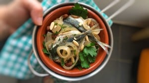 Venetian sarde in saor: a sweet and sour sardine recipe with vinegar pickled onions, raisins and pine nuts... Lovely lunch idea to make a day in advance!
