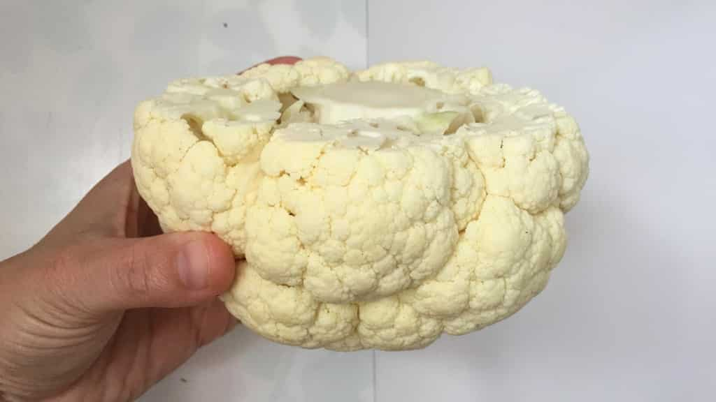 What a beautiful whole roasted cauliflower... Are you looking for a surprising vegetable side dish? Then this is the one!!