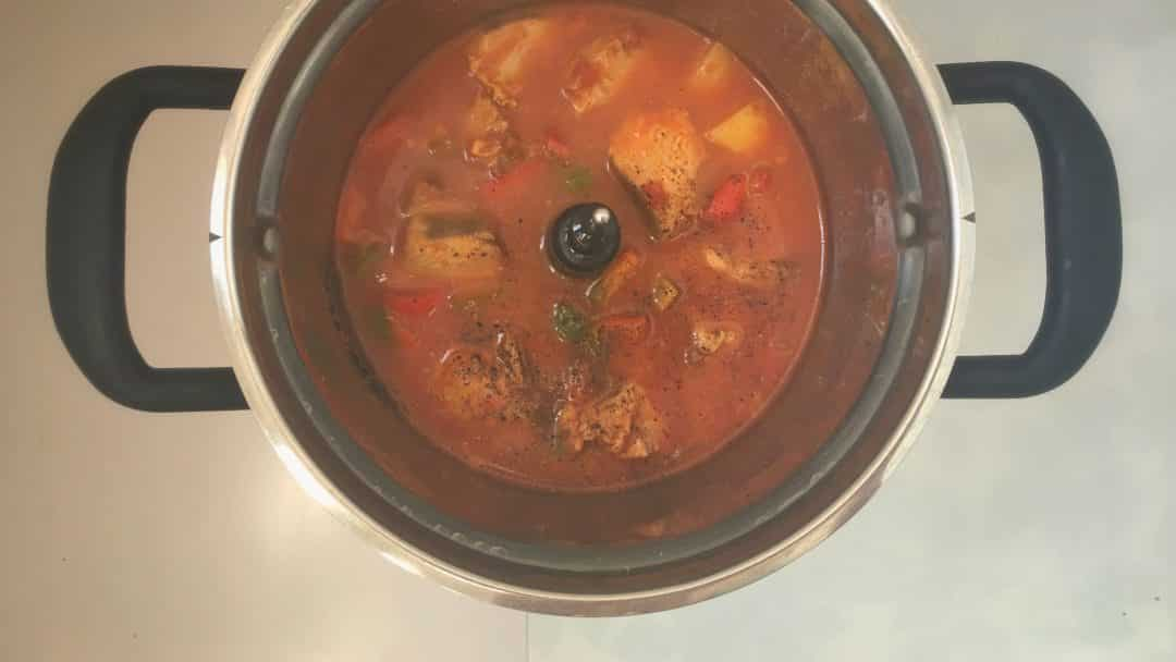 Spanish marmitako tuna stew with potatoes, bell pepper, paprika and tomatoes... Super easy to prepare and ready in under one hour!