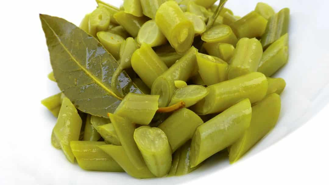 Let me show you how to make pickled green beans at home... Perfect as a garnish for cold cuts and cheese!