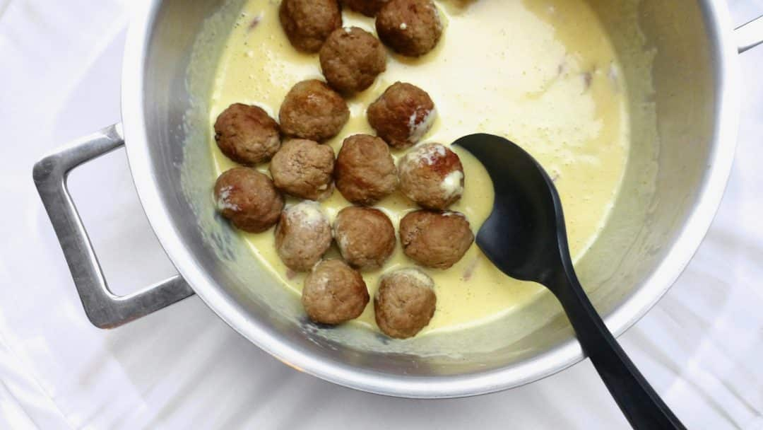 No pasta in your pantry? Let's make these creamy carbonara sauce meatballs instead! Meatballs, bacon, eggs and cream... Delicious!