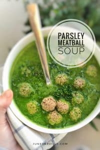 Velvety fresh parsley soup with meatballs: powerful stuff! Do you have an enormous bunch of parsley in your pantry? This is the perfect recipe!