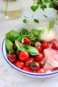 I'm quite surethat I don't need to introduce the caprese salad. This classic must be one of theworld's most famous Italian mozzarella salads!