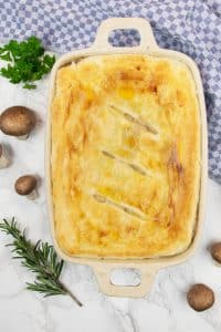A creamy chicken pot pie with vegetables and puff pastry: this recipe is ready in less than an hour... A guaranteed crowd pleaser, believe me!